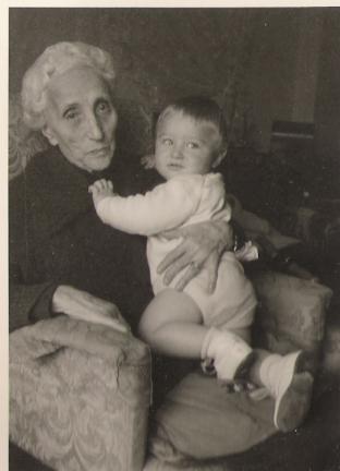 Teresita Ruata in Menzinger con il pronipote Carlo Menzinger - Novembre 1964
